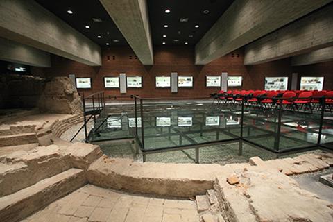 L'aula Bontadini della sede di Milano dell'Università Cattolica con l'esposizione dei reperti archeologici